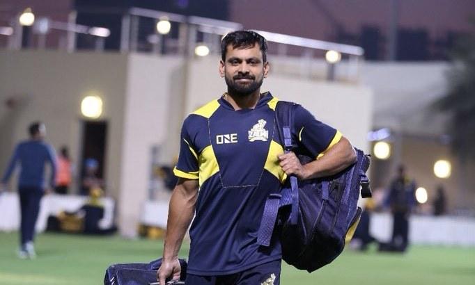 Hafeez arrives for a practice session in Dubai. —Photo courtesy Peshawar Zalmi's Twitter account.