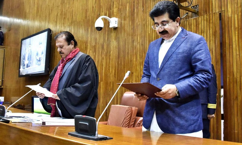 Presiding Officer Senator Sardar Yaqoob administers oath to newly elected Chairman Senate Sadiq Sanjrani. —APP
