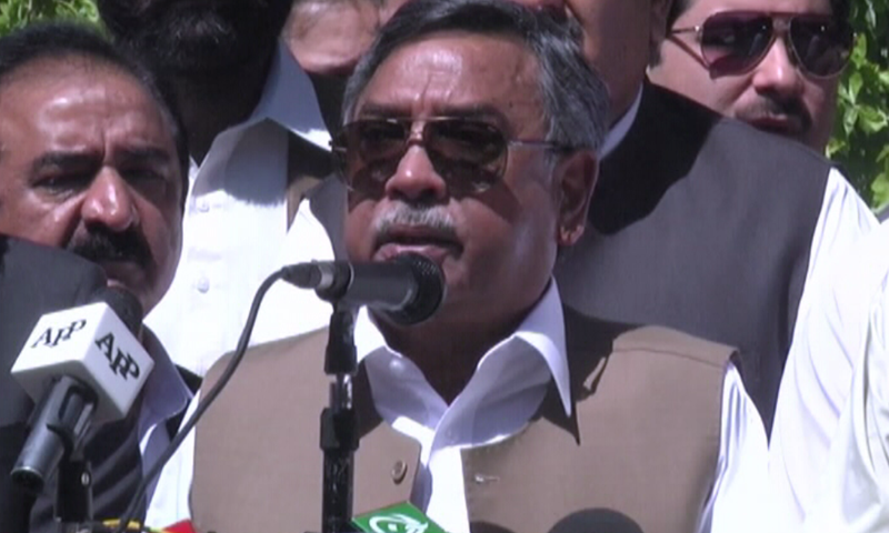 Former Senator Saeed Ahmad Hashmi addresses a press conference in Quetta. — DawnNews