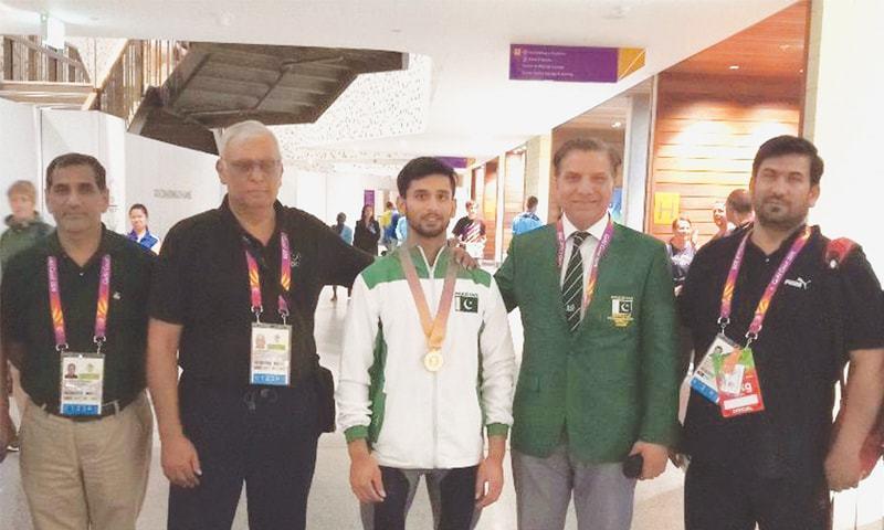 GOLD COAST: Pakistan's weightlifter Talha Talib who won a bronze in the CW Games here on Thursday is seen with POA President Gen (retd) Arif Hasan, POA secretary Khalid Mahmood and chef de mission Muzammil Hussain