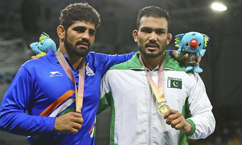 Pakistan's Gold medalist Muhammad Inam poses with India's Bronze medalist Somveer — AP