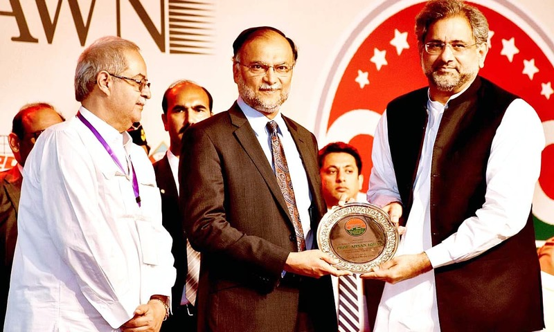 Prime Minister Shahid Khaqan Abbasi awards shield to Federal Minister Ahsan Iqbal during the inaugural session of CPEC Summit & Expo 2018. —APP