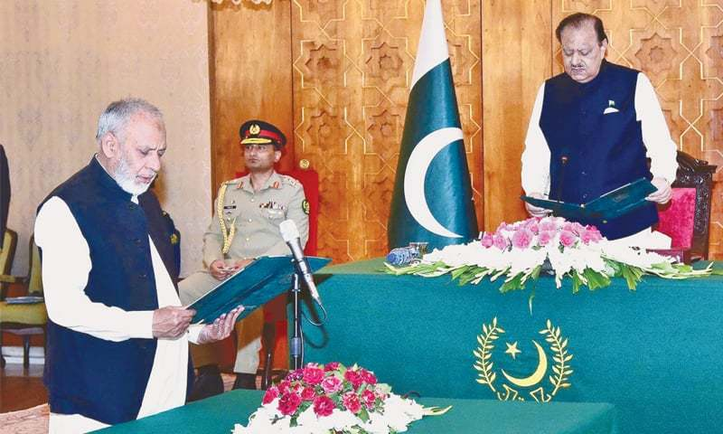 ISLAMABAD: President Mamnoon Hussain administers the oath of office to Barrister Usman Ibrahim as federal minister at Aiwan-i-Sadr on Thursday.—APP