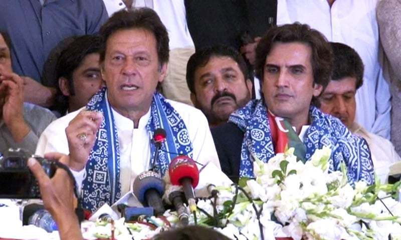 JPSM president Khusro Bakhtiar alongside PTI chairman Imran Khan at their press conference on Wednesday. — DawnNewsTV