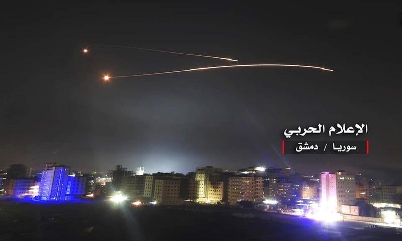 شامی حکومت کے زیر انتظام فوجی ذرائع ابلاغ کی جاری کردہ تصویر میں اسرائیلی میزائیلوں کو شامی تنصیبات کو نشانہ بناتے ہوئے دیکھ جاسکتا ہے—فوٹو، اے پی