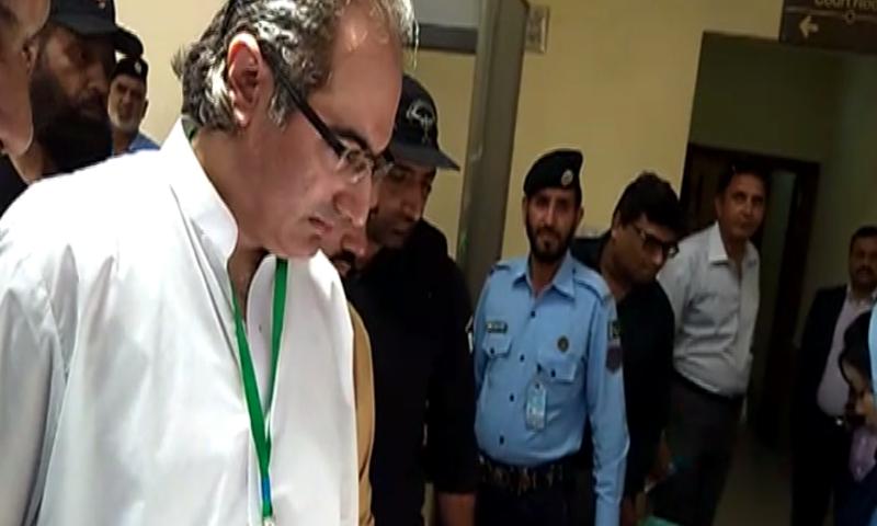 سابق چیئرمین این آئی سی ایل ایاز خان نیازی کو کمرہ عدالت سے گرفتار کرلیا گیا — فوٹو: ڈان نیوز