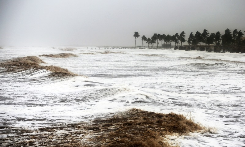Powerful cyclone lashes Oman and Yemen, leaving at least 6 people dead