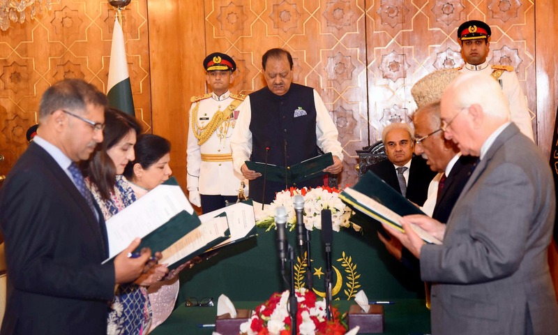 President Mamnoon Hussain administered the oath of the caretaker cabinet. — Radio Pakistan