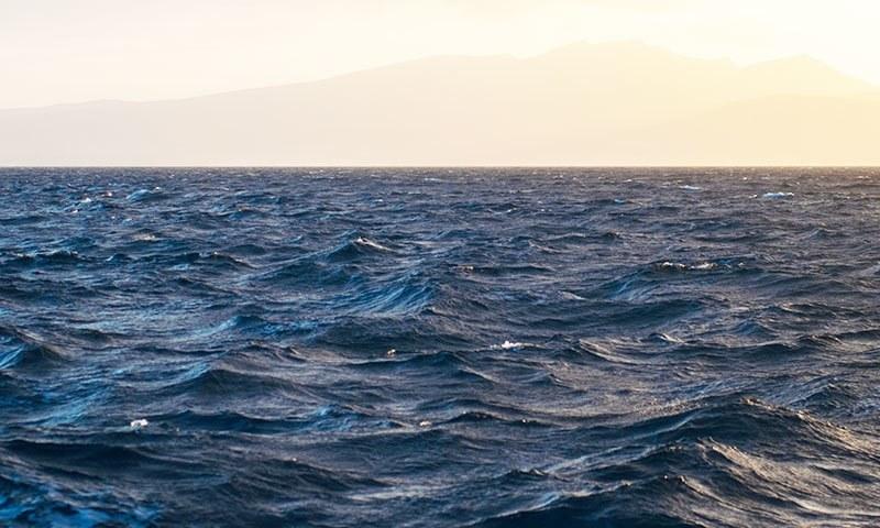 اس وقت دنیا کا کوئی ایسا سمندر نہیں، جو آلودہ نہ ہو—فوٹو: شٹر اسٹاک
