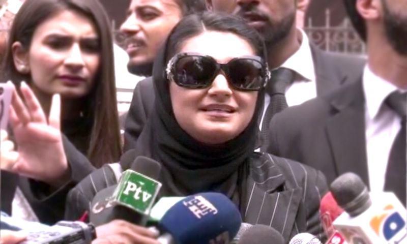 خدیجہ صدیقی سپریم کورٹ کے باہر میڈیا کے سوالوں کے جواب دے رہی ہیں — فوٹو: ڈان نیوز