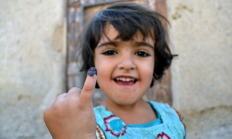 Pakistani girl Bibi Tabasum show his finger after taking Polio drop, Tabasum said his father give him 5 rupees early on the morning when he leaving for his shop and said to me when the Polio worker comes you must take the polio vaccine. So now I take the vaccine and when in evening my father come then I show I finger to him.