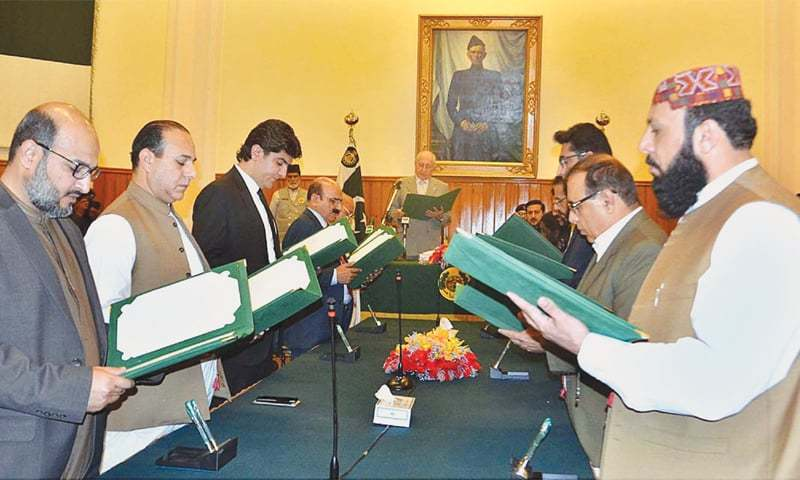 QUETTA: Balochistan Governor Muhammad Khan Achakzai administers the oath to the province's caretaker cabinet on Tuesday.—APP