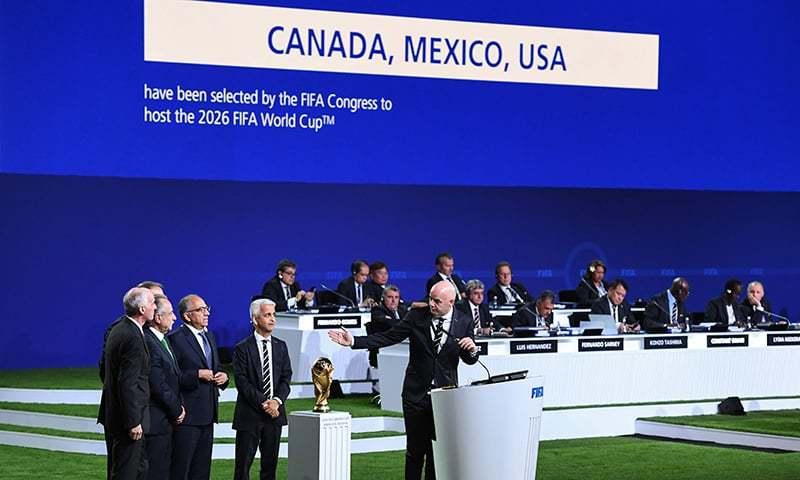 ماسکو میں منعقدہ فیفا کانگریس میں ورلڈ کپ 2026 کے میزبانوں کے ناموں کا اعلان کیا جا رہا ہے— فوٹو: اے ایف پی