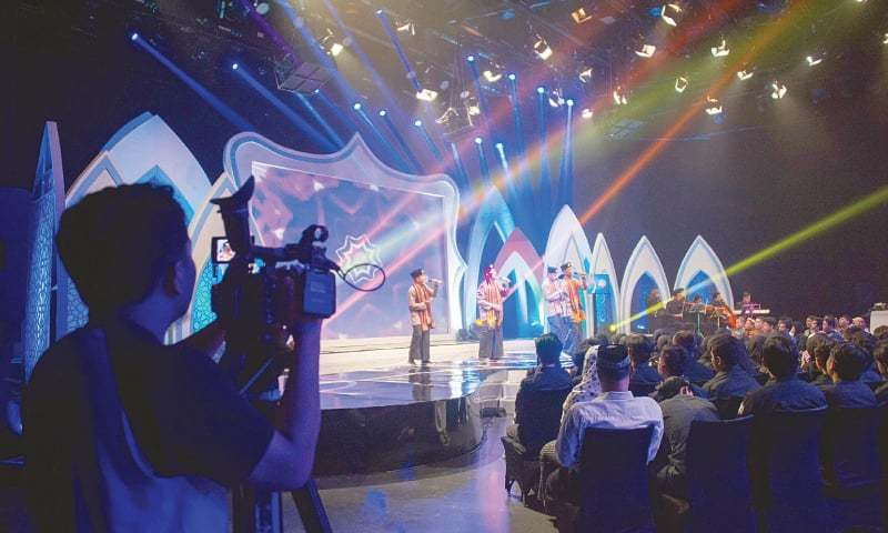 JAKARTA: Indonesian high school teens performing live on TV show Syiar Anak Negeri.—AFP