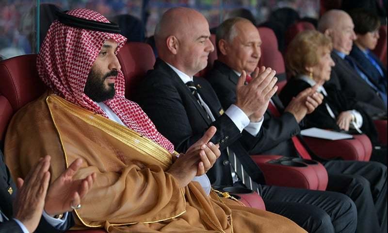 2018 کے فٹ بال ورلڈ کپ کے افتتاحی میچ میں روسی صدر ولادیمیر پیوٹن اور شہزادہ محمد بن سلمان ایک ساتھ میچ دیکھ رہے ہیں۔ — فائل فوٹو۔
