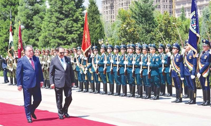 President Mamnoon Hussain and his Tajik counterpart Emomali Rahmon inspect the guard of honour at Qasr-i-Millat on Tuesday.—APP