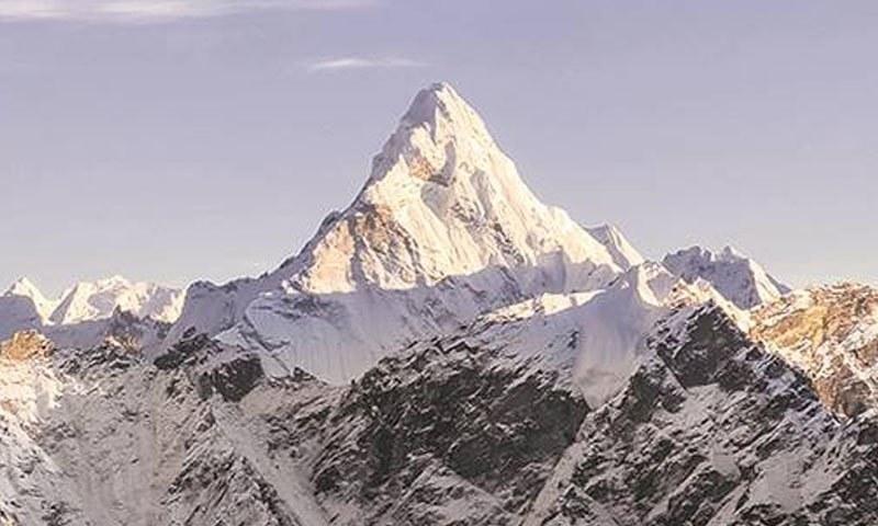 ماؤنٹ ایورسٹ کی چوٹی 8 ہزار 800  میٹر سے بھی بلند ہے—فوٹو: انڈین ایکسپریس