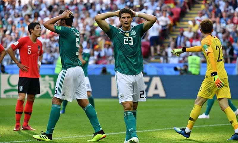 ورلڈ کپ کے پہلے راؤنڈ سے باہر ہونے کے بعد جرمن کھلاڑیوں کا ایک انداز— فوٹو: اے ایف پی