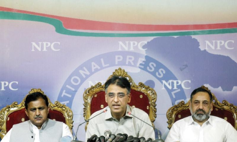 PTI's Asad Umar addresses a press conference on Sunday. PML-Q Islamabad chapter president Rizwan Sadiq and traders' leader Ajmal Baloch are also present. — Online