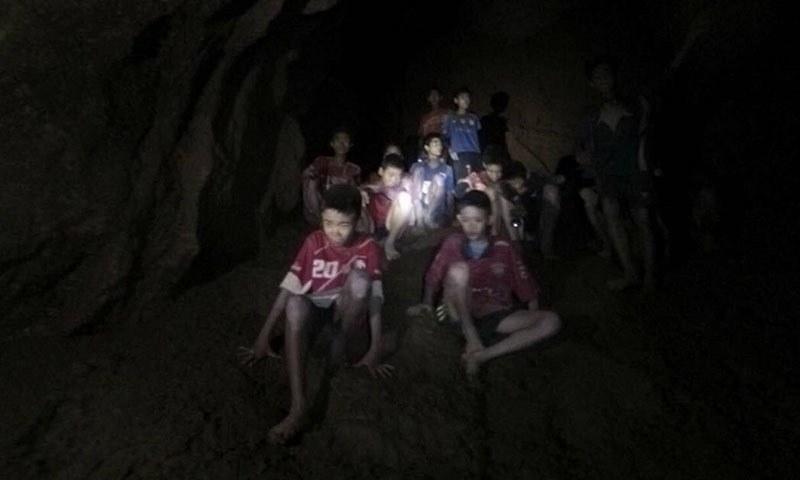 غار میں بھنسے بچے مٹی کے ٹیلے پر امداد کے منتظر ہیں— فوٹو: اے پی
