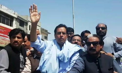 Captain Safdar sits atop a jeep and waves to supporters chanting slogans. ─ DawnNewsTV