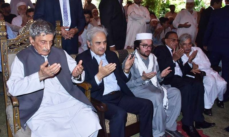 PM Nasirul Mulk (2-L) offers fateha for late Haroon Bilour at Bilour House in Peshawar on Thursday. — Courtesy: PM Office