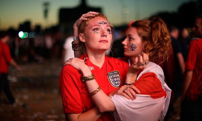 انگلینڈ کی ورلڈ کپ سیمی فائنل میں شکست پر انگلش خواتین شائقین مایوس نظر آ رہی ہیں— فوٹو: اے پی