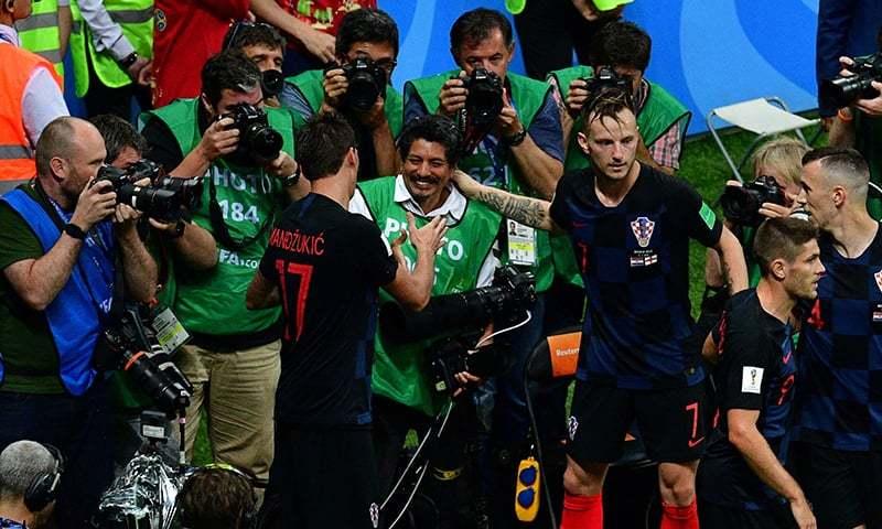 کروشیا کے کھلاڑی گول کا جشن منانے کے بعد فوٹو گرافر یوری کورٹیز سے ہاتھ ملا رہے ہیں— فوٹو: اے ایف پی