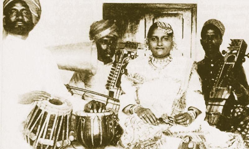 Janki Bai Allahabadi with her musicians | Creative Commons