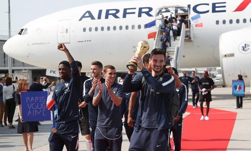 فرانس کے گول کیپر اور کپتان ہو ایل لورس وطن واپسی پہنچنے پر عالمی کپ کے ہمراہ پوز دے رہے ہیں— فوٹو: اے پی
