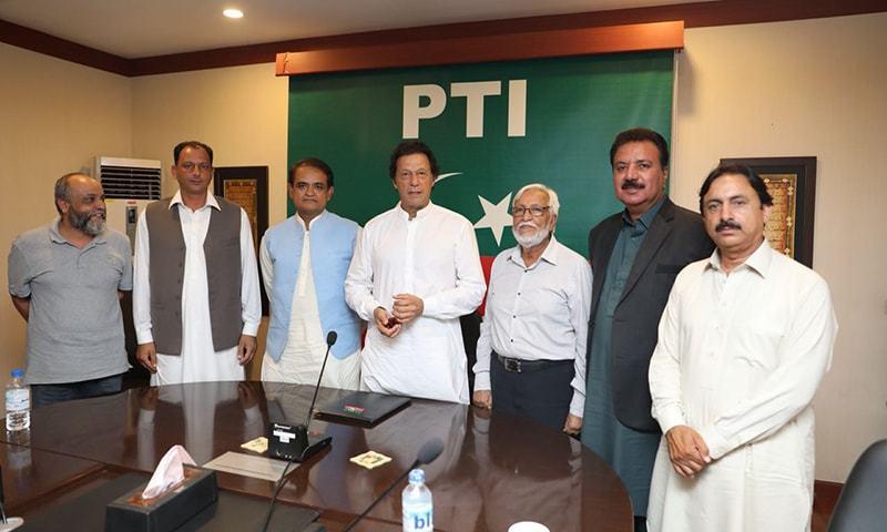 پاکستان کرکٹ بورڈ کے آفیشلز کا چیئرمین تحریک انصاف عمران خان کے ساتھ گروپ فوٹو