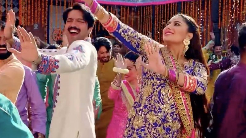 Fahad Mustafa and Mehwish Hayat rock the bhangra in song 'Munday Lahore De'