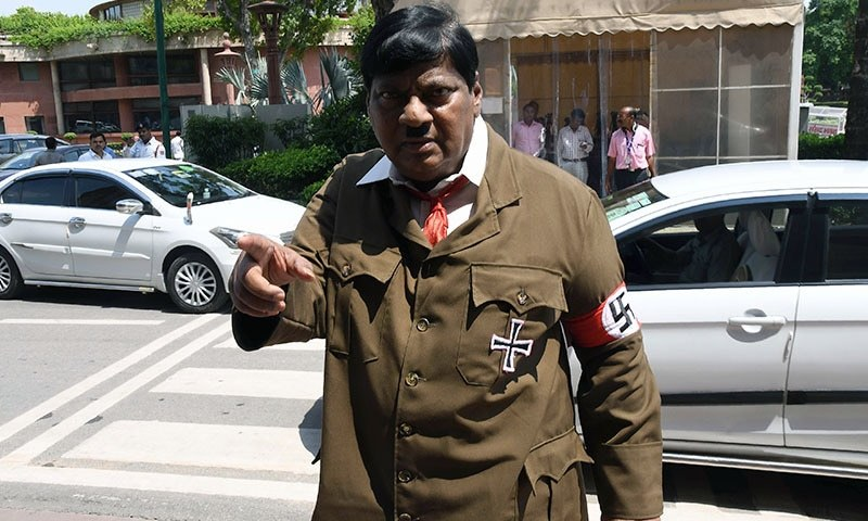 نراملی شیوا پرساد  ہٹلر کا لباس پہنے کھڑے ہیں — فوٹو: اے ایف پی