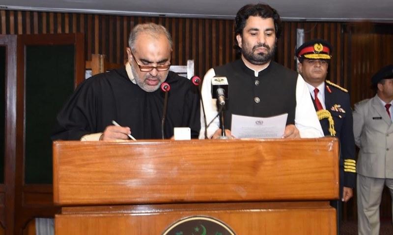 Asad Qaiser administers oath of deputy speaker to Qasim Suri ─ NA Secretariat