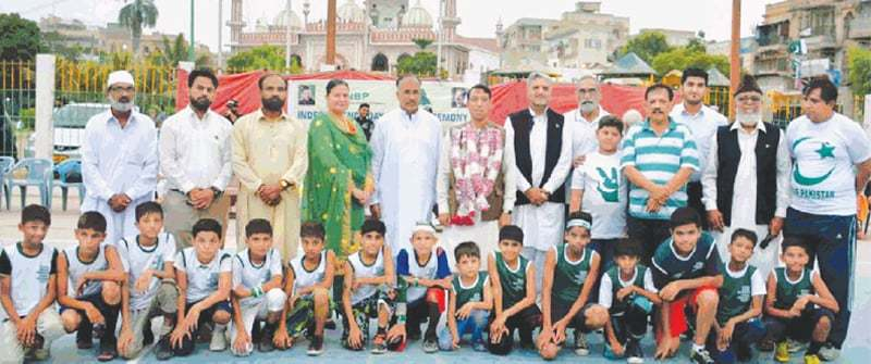 KARACHI: Victorious Chaudhry Rehmat Ali XI and runners-up Hafeez Jalandhari XI players pose with chief guest Syed Salahuddin and KBBA officials after the kids festival match on Tuesday.