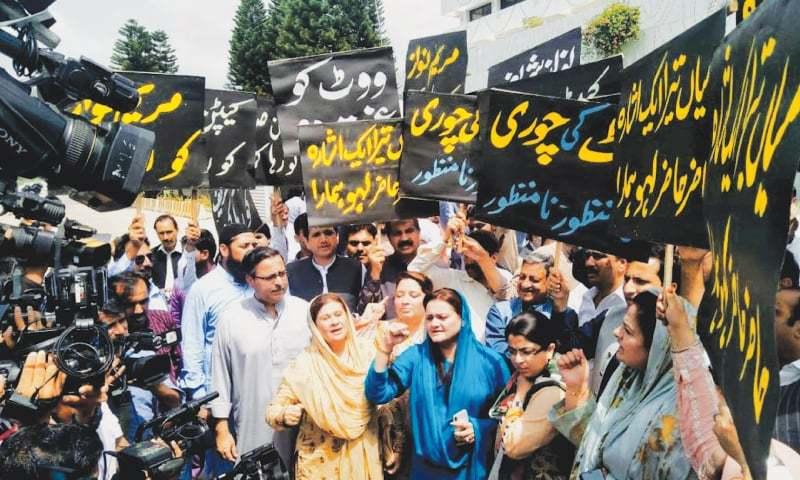 PML-N legislators protest outside the Parliament House during the speaker's election on Wednesday.—Tanveer Shahzad / White Star