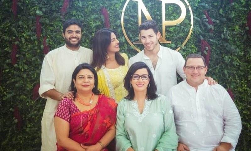 منگنی کے موقع پر دونوں خاندان کےا فراد کی کھینچی گئی تصویر—فوٹو: پنک ولا