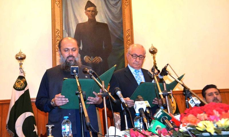 QUETTA: Balochistan Governor Muhammad Khan Achakzai administers the oath to Jam Kamal Khan Alyani as chief minister during a ceremony on Sunday.—APP