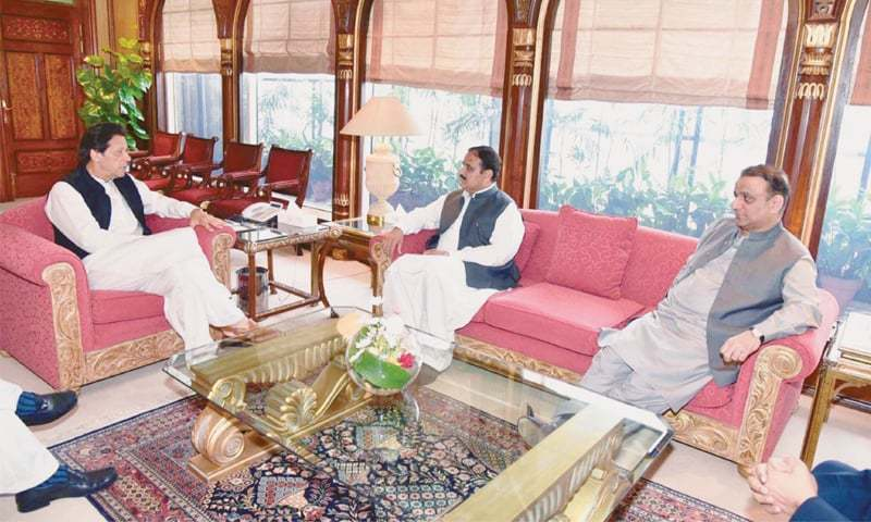 ISLAMABAD: Prime Minister Imran Khan exchanges views with Punjab Chief Minister Usman Buzdar in a meeting held at PM Office on Tuesday. Pakistan Tehreek-i-Insaf leader Aleem Khan also present on the occasion.—PPI