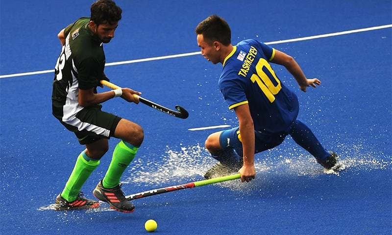 Pakistan's Irfan Mahnood (L) and Kazakhstan's Yermek Tashkeyev (R) compete for the ball during the men's hockey pool B match between Kazakhstan and Pakistan at the 2018 Asian Games in Jakarta on August 24. ─ AFP