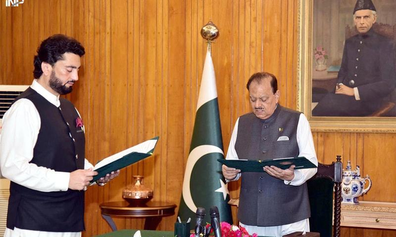 PRESIDENT Mamnoon Hussain administers the oath to Shehryar Afridi as minister of state on Friday.—INP