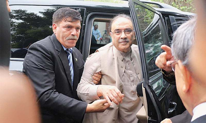 KARACHI: Pakistan Peoples Party co-chairman arrives at the banking court for his bail application hearing in the alleged money laundering case on Friday.—Online