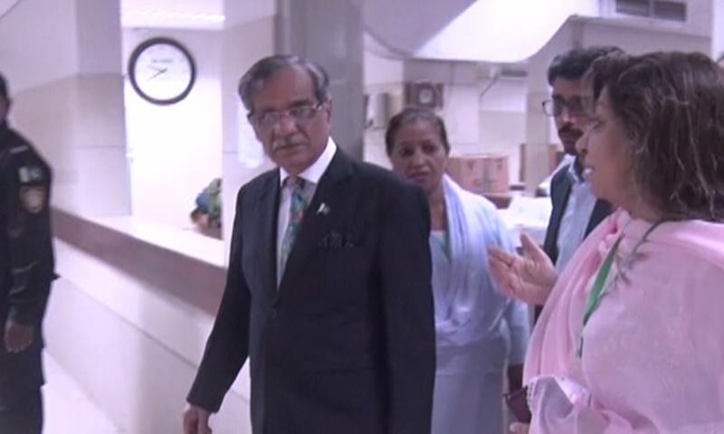 چیف جسٹس نے شہرقائد کے مختلف ہسپتالوں کا دورہ کیا — فوٹو: ڈان نیوز
