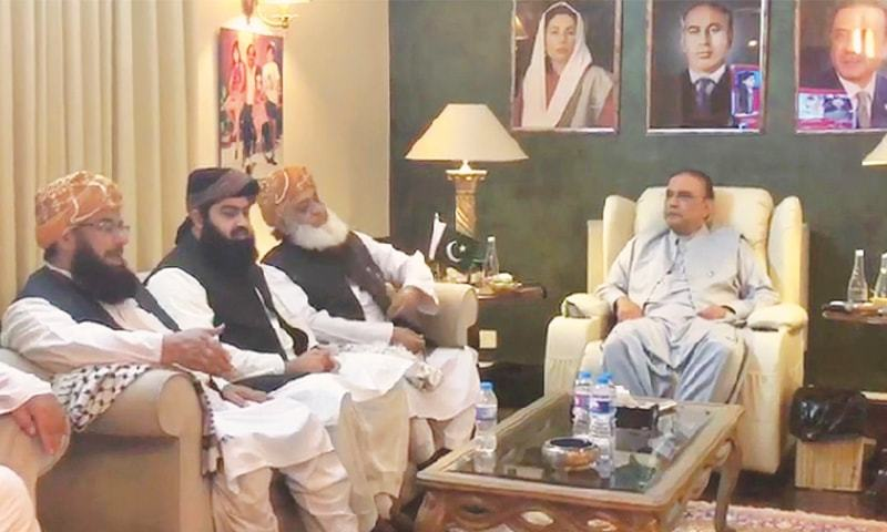 ISLAMABAD: Jamiat Ulema-i-Islam chief Maulana Fazlur Rehman and other leaders of his party meet Pakistan Peoples Party co-chairman Asif Ali Zardari on Monday.—Online