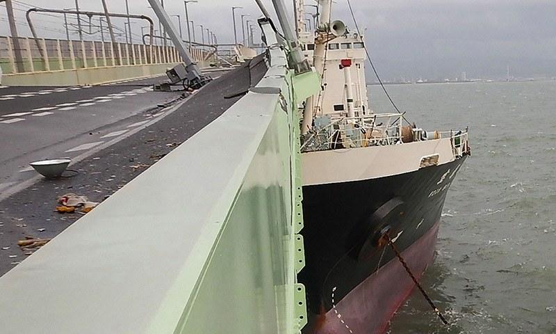 سمنرر میں لنگرانداز بحری جہاز بری طرح پل سے جا ٹکرایا جس سے 3 ہزار افراد پھنس گئے— فوٹو: اے ایف پی