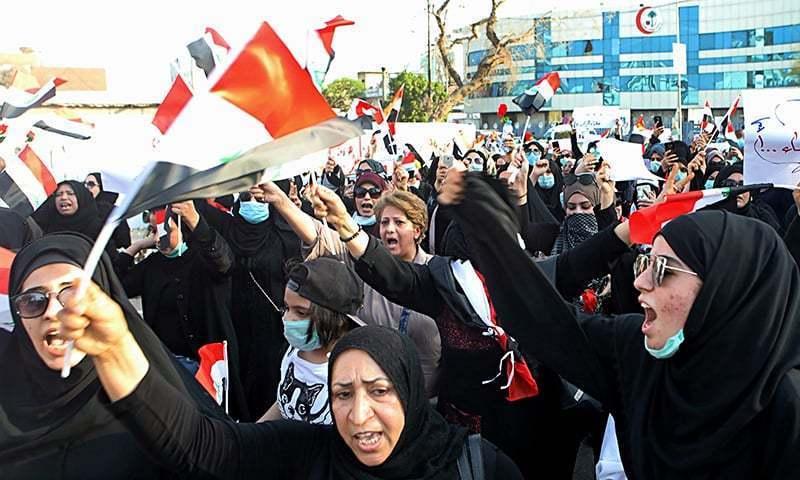 خواتین مظاہرین حکومت کے خلاف نعرے بازی کر رہی ہیں — فوٹو، اے پی