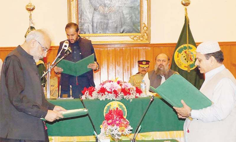 QUETTA: Acting Balochistan Governor Mir Abdul Quddus Bizenjo administers the oath to two newly inducted ministers on Saturday.—INP