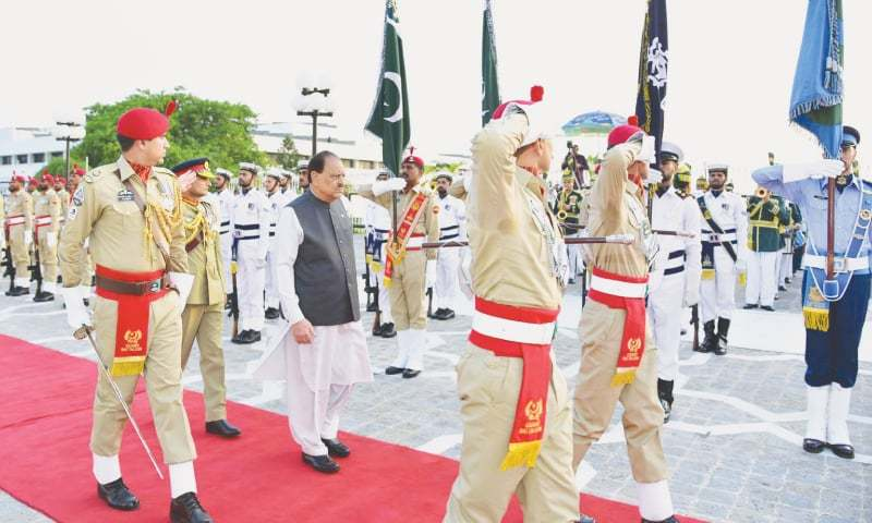 OUTGOING President Mamnoon Hussain, who completed his tenure on Saturday, inspects the guard of honour during a farewell ceremony at President House.—White Star