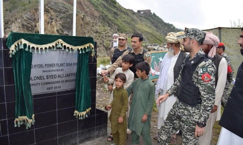 پاک فوج کے اہلکاروں جنوبی وزیرستان کے گاؤں گیگا خیل میں ہائیڈل پاور منصوبے کا افتتاح کیا—فوٹو: سراج الدین