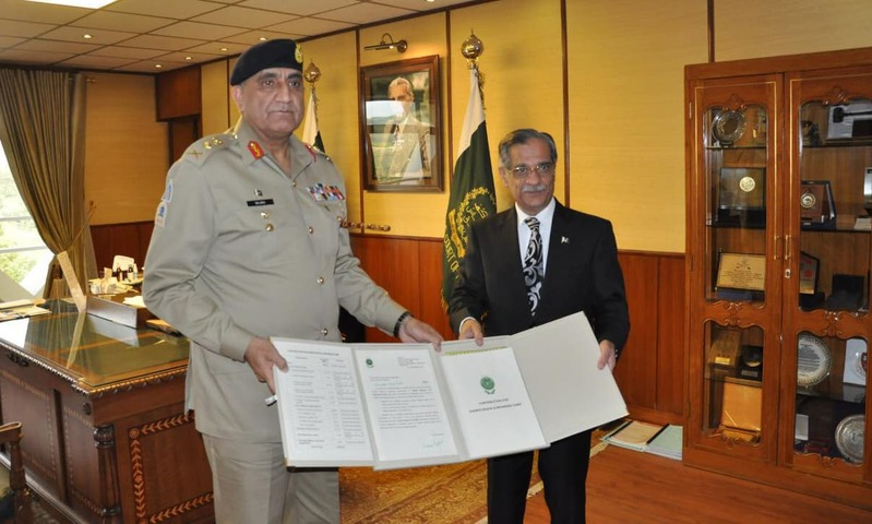 COAS calls on CJP Saqib Nisar, presents cheque of Rs1005.99 million as donation for Diamer-Basha and Mohmand dams. —Photo courtesy SC